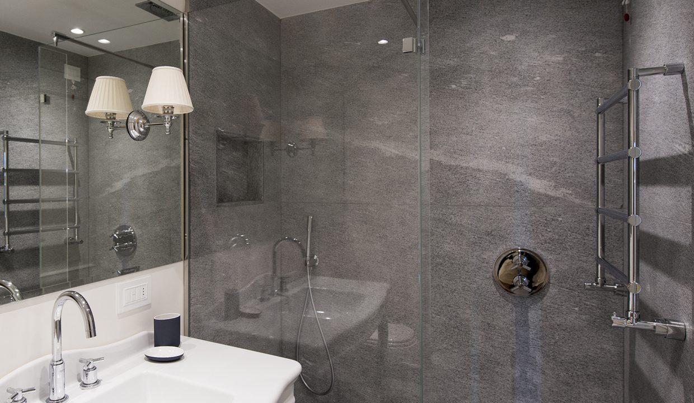 doccia in bagno a Tremezzo