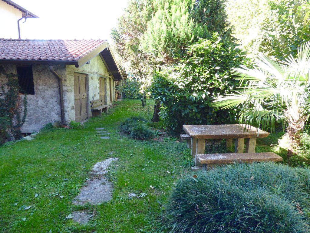 Dongo lago como casa con giardino privato posizione centrale for Casa giardino