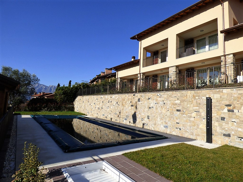 Lago di como mezzegra villetta con giardino e piscina for Piscina in giardino