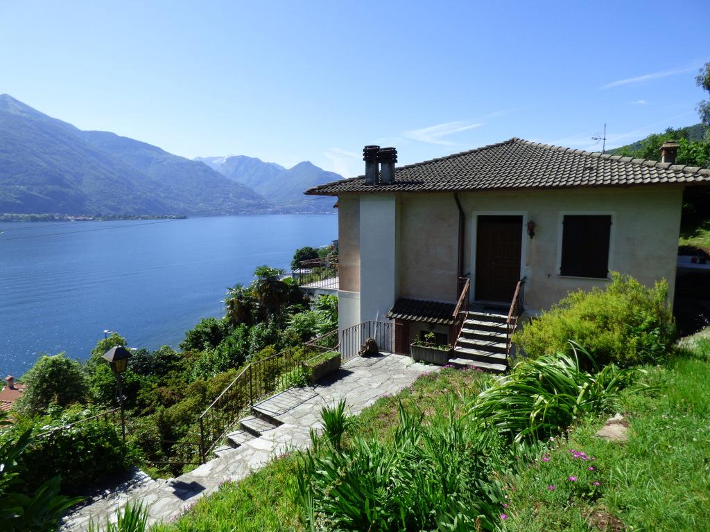 Casa cremia con giardino e vista lago for Lotti in piano casa fronte lago
