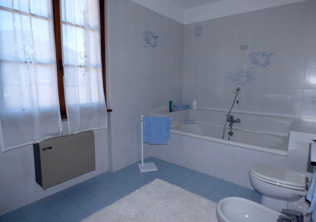 Villa Indipendente Gravedona ed Uniti bagno con vasca