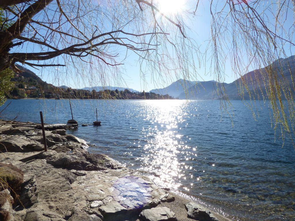 Case Fronte lago Como Dervio con Giardino