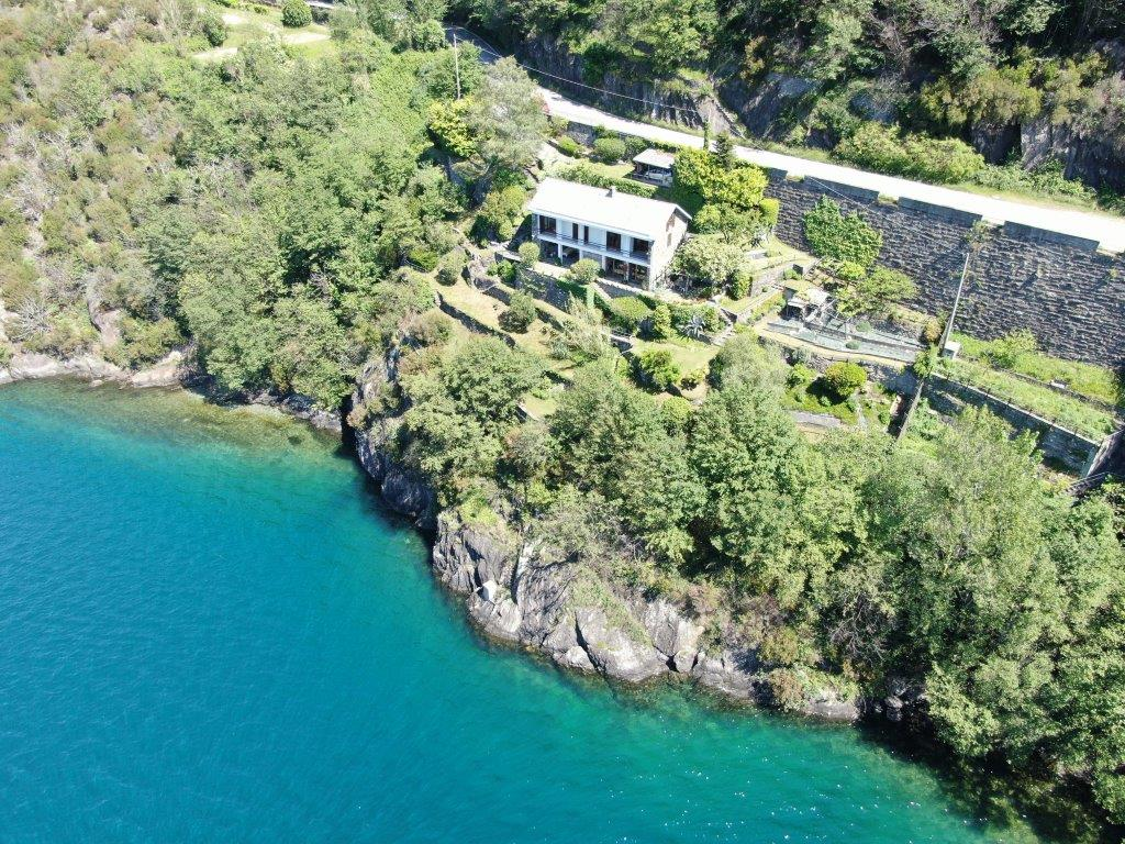 Villa Fronte Lago Como Dorio con Terreno